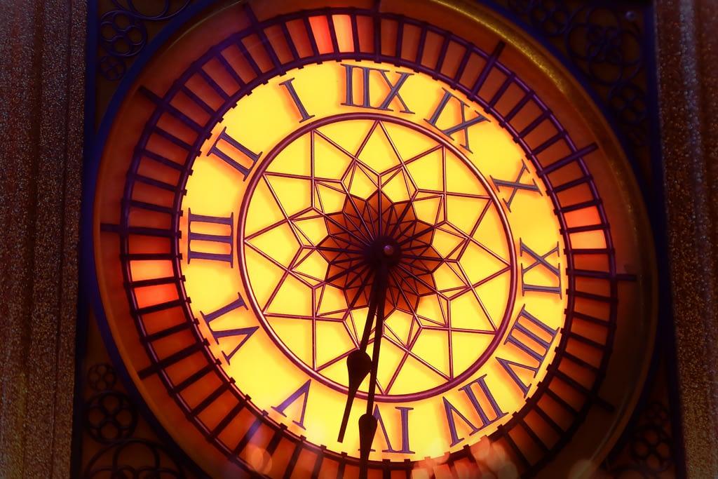 Horloge illuminé prise de vue par Stéphane Thirion photographe pro Arlon Luxembourg